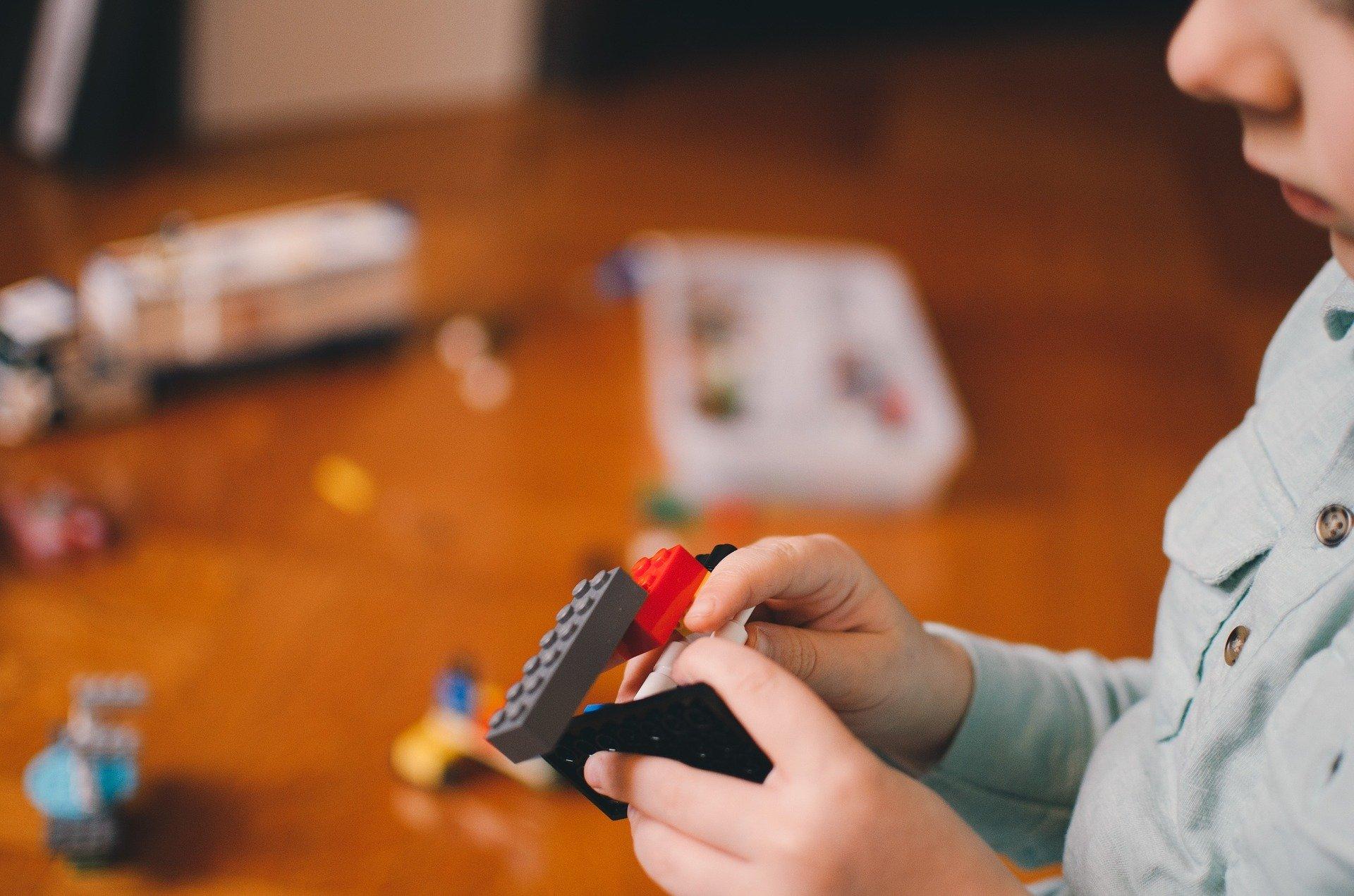 niño jugando y aprendiendo con lego